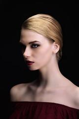 Portrait d'une jeune femme élégante portant le chignon