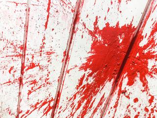 Wortlose Wut: roter Farbbeutel auf weißer Wand; Aggression, Rebellion, Sachbeschädigung