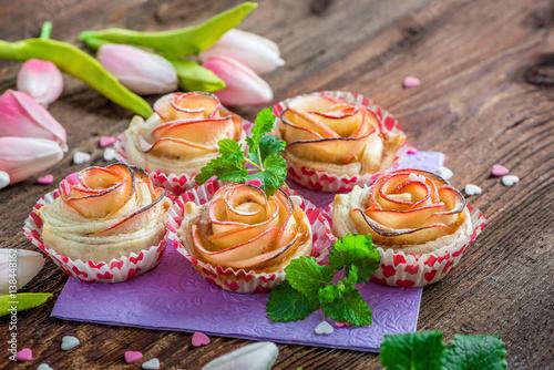kleine kuchen aus apfel und bl tterteig in form einer rose apfelrose cupcake fotos de. Black Bedroom Furniture Sets. Home Design Ideas