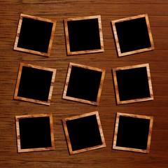 neun kleine Bilderrahmen auf einem Holzhintergrund