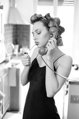Bellissima ragazza si accende la sigaretta mentre parla al telefono