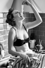 Bellissima ragazza mangia spaghetti con le mani in cucina
