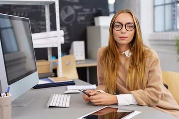 nachdenkliche junge frau am arbeitsplatz