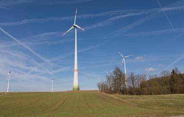 Windräder auf einem Hügel