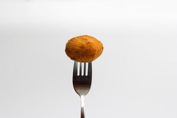 Croqueta pinchada en un tenedor