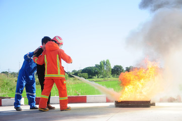 Instructor training how to use a fire extinguisher