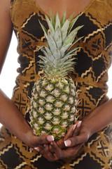 mains femme noire tenant un ananas