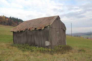 Alte Scheune auf dem Feld, alles ist vergänglich