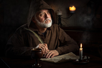 Mönch im Mittelalter schreibt Brief