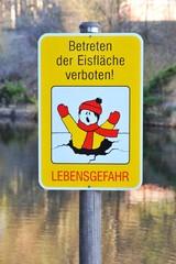 Zeichen Betreten der Eisdecke verboten, Lebensgefahr, bei gefrorener Wasserfläche