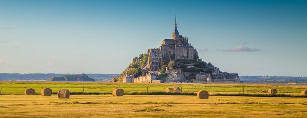 Le Mont Saint-Michel at sunset, Normandy, France Fototapete
