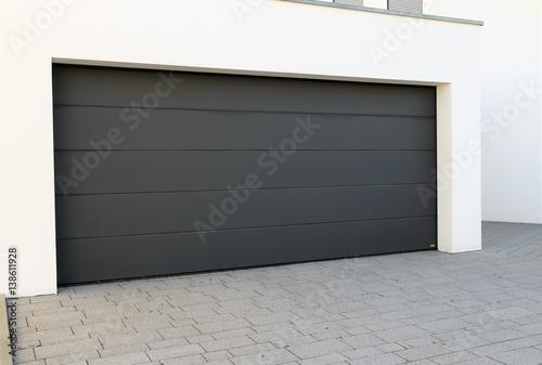 modernes neues garagentor sektionaltor stockfotos und lizenzfreie bilder auf. Black Bedroom Furniture Sets. Home Design Ideas