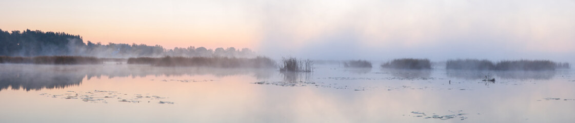 Panorama of the lake in the morning. Fototapete