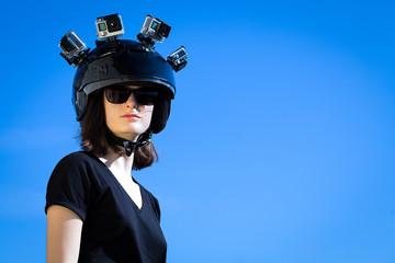 une jeune femme porte sur sa tête quatre caméras de sport collées sur un casque