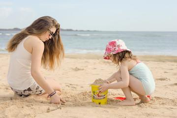 enfants jouant sur la plage ensoleillée