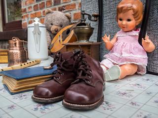 Leder Kinderschuhe auf dem Antikflohmarkt