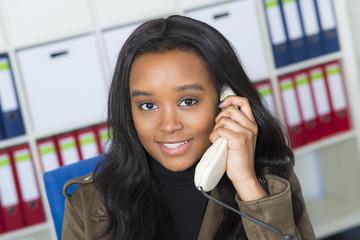 Junge dunkelhäutige Frau am Telefon
