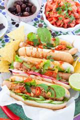 Frische Hot Dogs mit Tortilla Chips