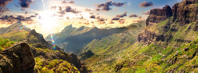 Paisajes y naturaleza en España. Viajes y  aventuras  al aire libre. Valle de Masca. Islas Canarias.Tenerife. Paisaje de montaña pintoresco. Cactus, vegetación y la puesta de sol