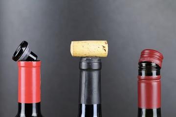 drei Weinflaschen mit verschiedenen Verschlüssen