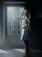 scène fantastique d' une jeune fille blonde devant une fenêtre