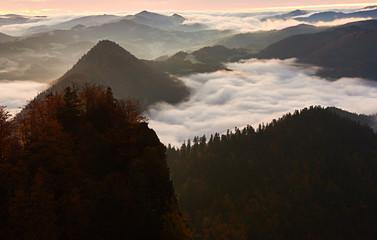 Poranek w górach z widokiem na zamgloną dolinę