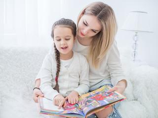 дочь читает маме