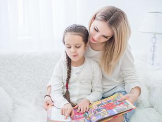 мама читает дочери