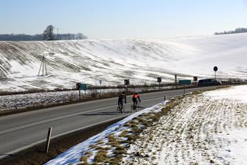 Wyścig kolarski na drodze w górach.