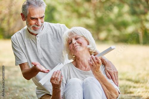 Die Reife und schwanzgeile blonde Frau saugt Schwanz von einem Jungen Kerl