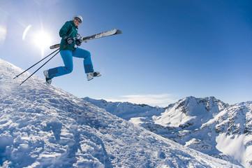 Rennende Frau mit Skiern – Saisonende