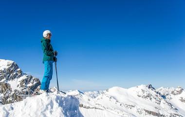 Skifahrerin betrachtet Bergpanorama