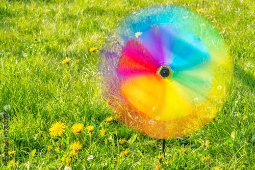 Quot spielzeug windrad dreht sich auf der blumenwiese imagens