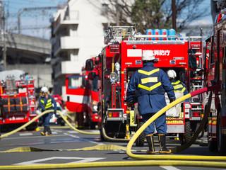 消火作業中のポンプ車