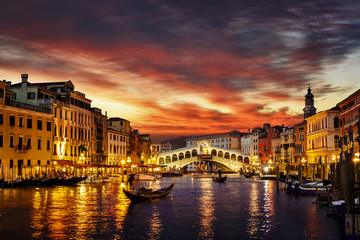 Poster Venetie Ponte Rialto and gondola at sunset in Venice, Italy