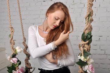 Портрет девушки с рыживи волосами наклонив голову