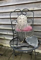 Blumen und Herz auf dem Stuhl