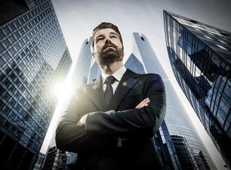 Geschäftsmann vor Bürogebäude