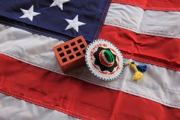 """Das Bild """"symbolischer Ziegelstein mit Sombrero"""" auf Flagge der USA. Angekündigter Mauerbau von Donald Trump an der Grenze zu Mexiko."""