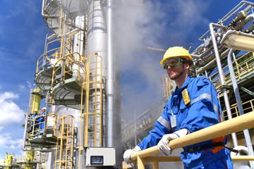 industrial worker in a power plant // Industriearbeiter in einem Kraftwerk