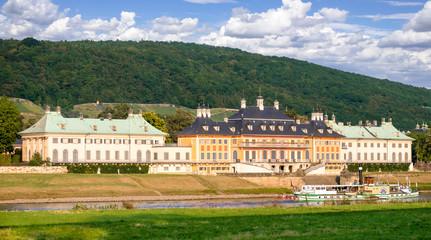 Schloss Pillnitz mit Elbe und Raddampfer