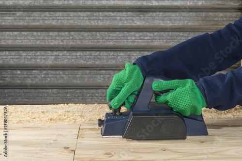 Un carpintero trabaja con un cepillo de carpinteria - Cepillo de carpintero ...