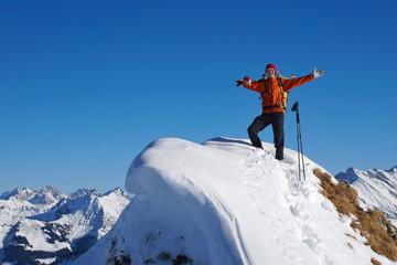 Skitourengeher, Skibergsteiger mit Ski am Gipfel