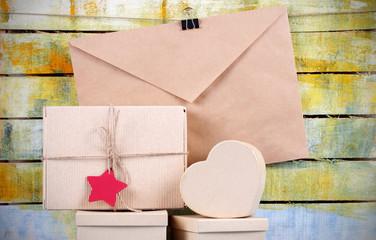 подарочные коробки из крафт конверт стоят много на деревянном фоне