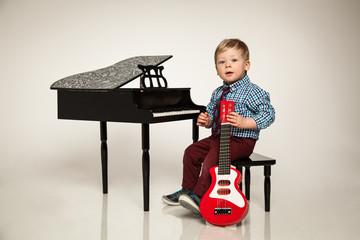 kleiner Junge mit seinen Instrumenten