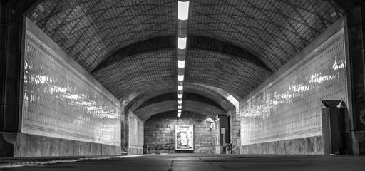 Unterführung an einem Mainzer Bahnhof (schwarzweiß)