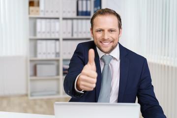 mann im büro zeigt daumen hoch