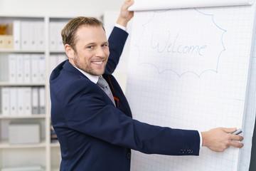 geschäftsmann begrüßt die teilnehmer eines meetings