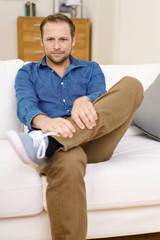 entspannter mann zu hause auf dem sofa