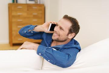 mann telefoniert zuhause mit seinem handy